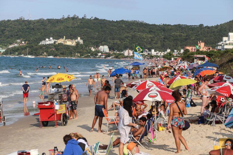 Praia de Jurerê tem faixa de areia pequena e deve ser engordada. Foto: Anderson Coelho/ND