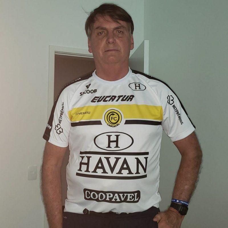 Na publicação, Bolsonaro veste camiseta do time Cascavel – Foto: Redes Sociais/Reprodução
