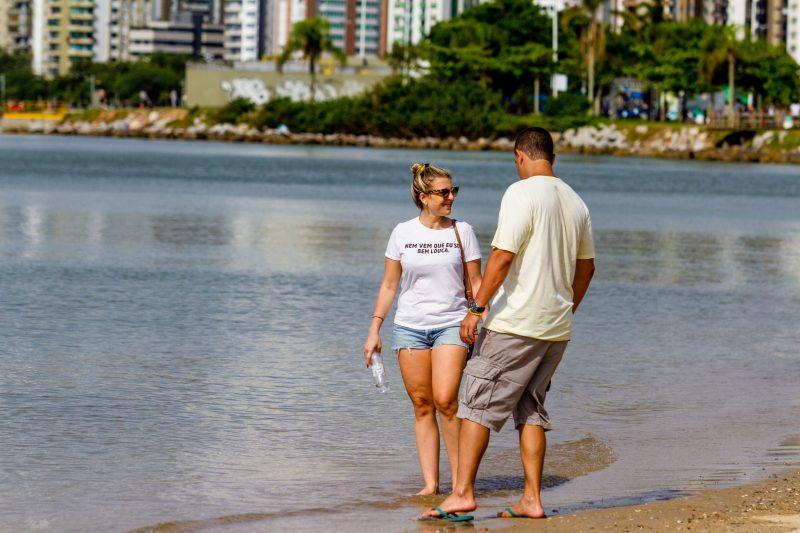 Camila Faria e Bruno Barradas também aproveitaram o domingo para uma caminhada na Beira-Mar Norte, mas na areia e com um pouquinho de pés na água - Foto Flavio Tin/ND