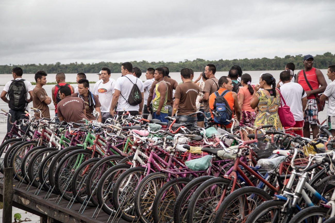 A bicicleta é uma alternativa à locomoção em um lugar que é rodeado por ruas de madeira encravadas no pantanoso e úmido solo amazônico. - Anderson Coelho/ND