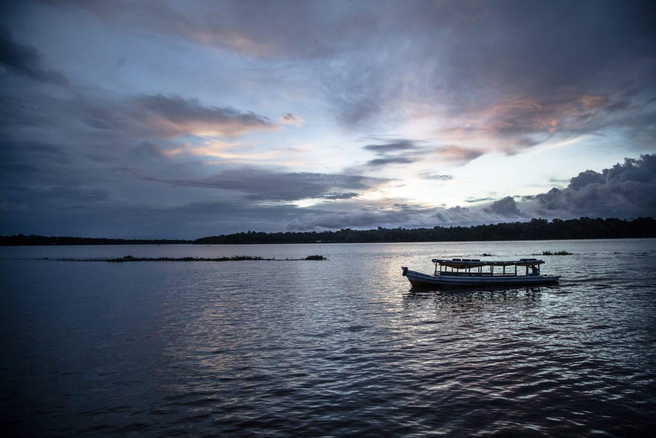 O rio é um elemento essencial nesse ensaio, é um caminho infinito, onde abraça o universo que é a Ilha do Marajó, dita o tempo das pessoas, dá o compasso e ritmo em Afuá. - Anderson Coelho/ND