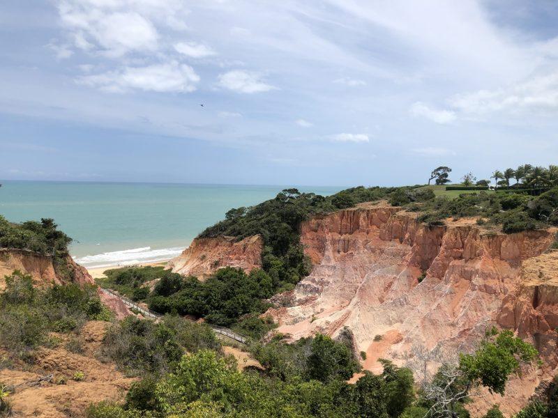 """Praia com falésias de Trancoso: """"O mundo está de olho neste imenso, rico e inexplorado Brasil"""" – Foto: Divulgação/ND"""