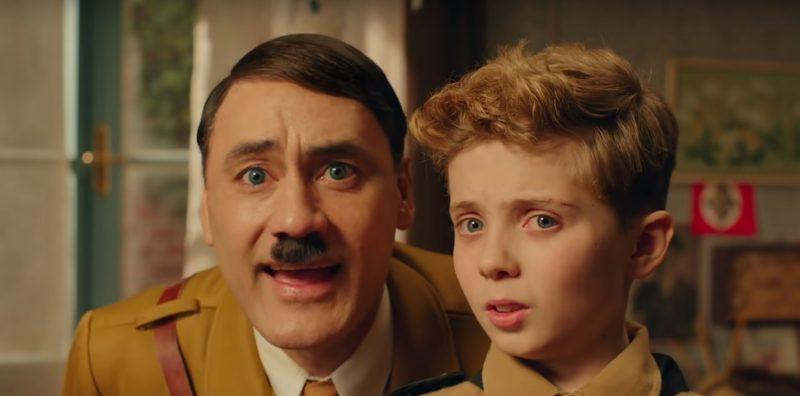 JoJo Rabbit: O filme traz como cenário a Segunda Guerra Mundial. Na Alemanha em meio ao conflito militar, Jojo (Roman Griffin Davis) é um jovem nazista de 10 anos, que trata Adolf Hitler (Taika Waititi) como um amigo próximo, em sua imaginação. Seu maior sonho é participar da Juventude Hitlerista, um grupo pró-nazista composto por outras pessoas que concordam com os seus ideais. - Foto: Reprodução/Redes Sociais/ND