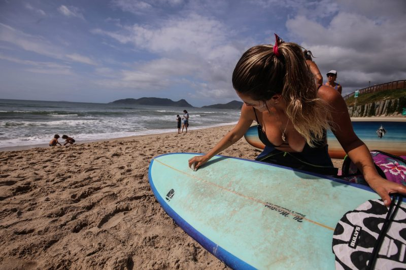 Juliette Turazzi prepara a prancha para entrar no mar, na Lomba do Sabão - Anderson Coelho/ND