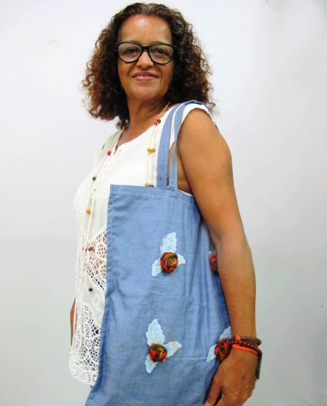 Marília Rodrigues Batista posa orgulhosa com uma das bolsas que criou durante projeto – Foto: Divulgação/ND