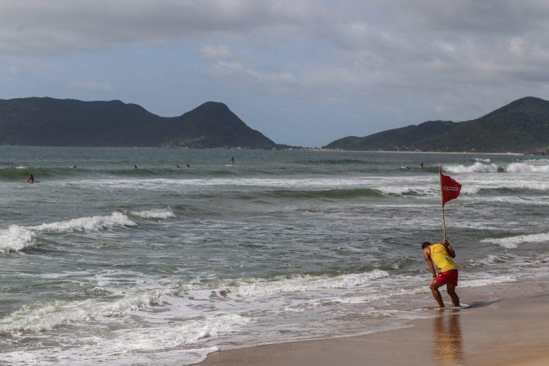 Mar grosso e revolto e curta bancada de areia faz da Lomba do Sabão palco para o surfe - Anderson Coelho/ND