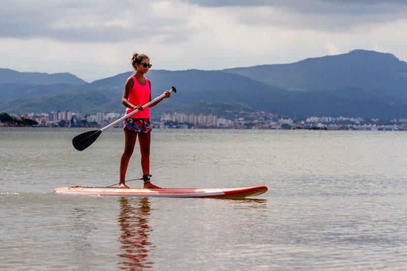 Michele Cristina arriscou um stand up paddle na Beira-Mar Norte, emárea atestada pelo IMA (Instituto do Meio Ambiente) como própria para banho - Foto Flavio Tin/ND