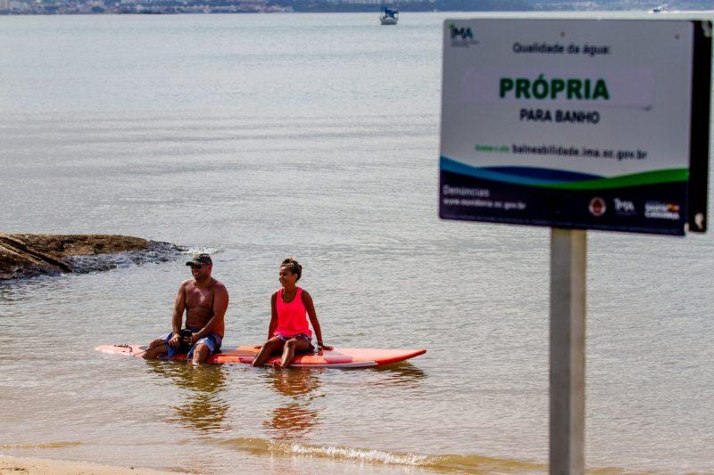 Michele ao lado do pai Michel Lemos na beira da praia da Beira-Mar Norte, em Florianópolis - Foto Flavio Tin/ND