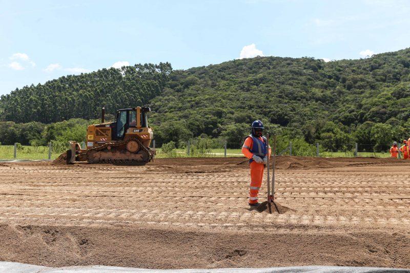 Em Biguaçu, no Km 78, máquinas e homens trabalham na obra que já recebeu mais de R$ 1 bilhão de investimento – Foto: Anderson Coelho/ND