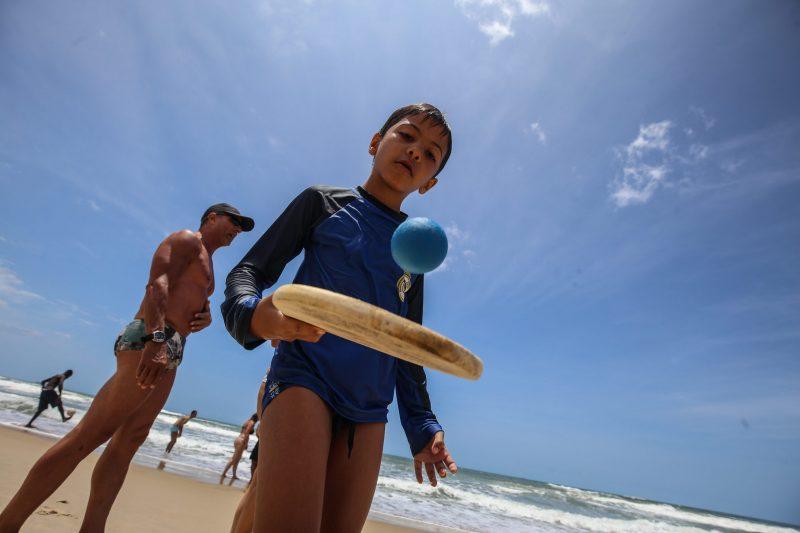 Sob olhar atento dos pais, crianças também podem aproveitar o mar no Novo Campeche - Anderson Coelho/ND
