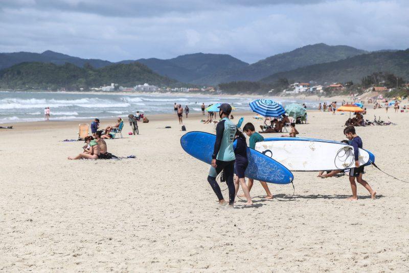 Aulas de surfe no Ponto 10, Praia do Campeche - Anderson Coelho/ND