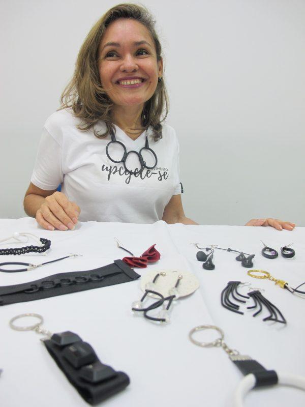 Trindade dos S. Guimarães se dedica à produção de chaveiros e bijuterias, ao mesmo tempo que destaca a oportunidade de exercer o autoconhecimento – Foto: Divulgação/ND