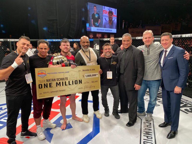 Natan com o cheque e o cinturão de campeão que recebeu das mãos de Mike Tyson, lenda do boxe – Foto: arquivo pessoal, divulgação ND