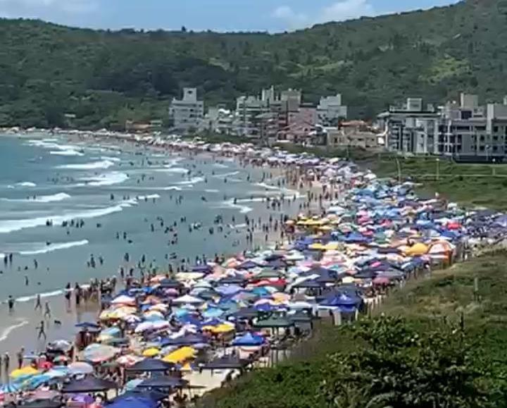 Praia lotada em Governador Celso Ramos. Foto: Divulgação/PMGCR –