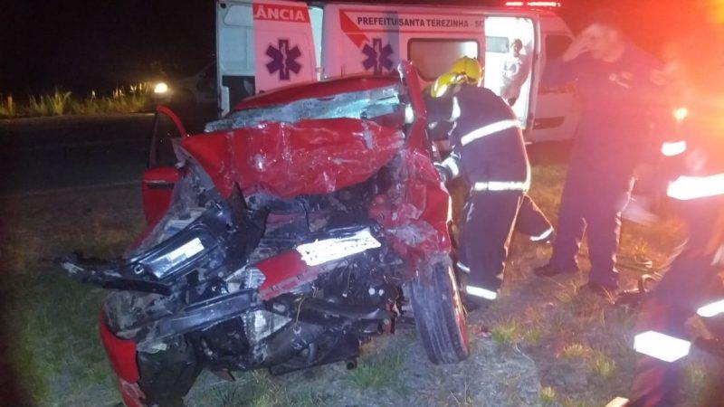 Veículo que a mulher conduzia foi atingido por trator – Foto: PMRv/Divulgação