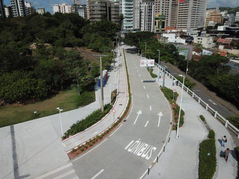 Lado direito da Alameda Adolfo Konder, sentido saída da Ponte, é exclusivo para o tráfego de ônibus – Foto: Leonardo Sousa/PMF