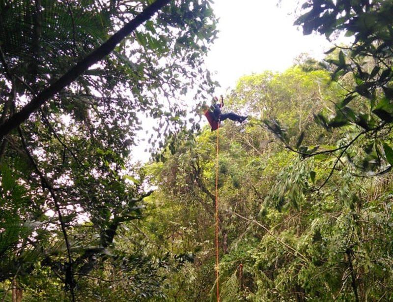 Resgate feito por rapel de jovem que se machucou após saltar em cachoeira, em Ibirama – Foto: Divulgação/Corpo de Bombeiros