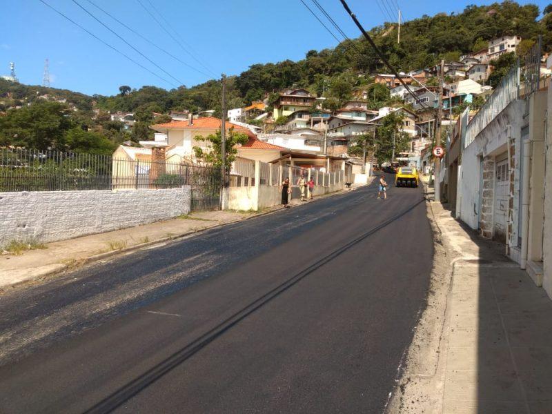 Rua General Vieira da Rosa, no maciço do Morro da Cruz, recebe serviços de adequação e restauração – PMF/Divulgação/ND