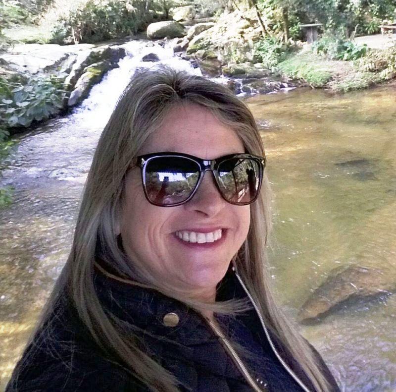 Elenir de Siqueira Fontão tinha 49 anos e foi morta na escola onde trabalhava como diretora – Foto: Reprodução/Facebook/ND