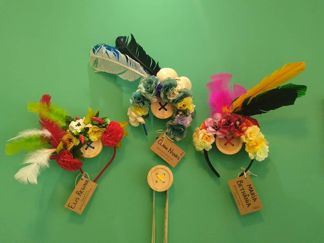 Elis Regina tem flores vermelhas, amarelas e verdes, além de plumas nas mesmas cores. Clara Nunes tem tons azuis e Maria Bethânia um colorido rosa, laranja e verde. - Reprodução/Instagram