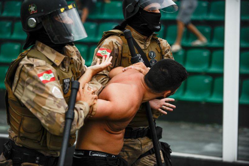 Torcedor que invadiu o gramado restou detido pela Polícia Militar; muita confusão em Figueirense 0 a 2 Avaí - ESTADÃO CONTEÚDO/ND