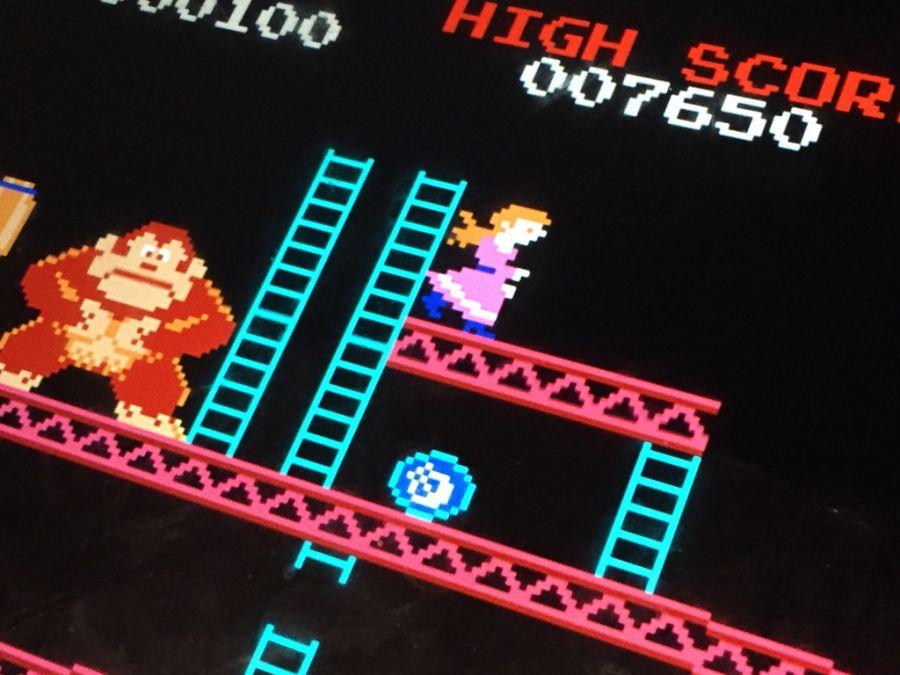 Lançado inicialmente como um arcade, Donkey Kong, de 1981, migrou para os consoles de mesa e fez sucesso no Atari 2600. Foi neste jogo que o encanador mais famoso do mundo, o Mario, apareceu pela primeira vez, batizado como Jumpman. - Crédito: microsiervos via Visualhunt.com / CC BY/33Giga/ND