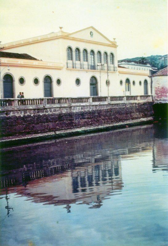 Prédio da Alfândega situado ao lado do Mercado Público, antes do aterro da Baía Sul – Foto: Edifícios cor 4103