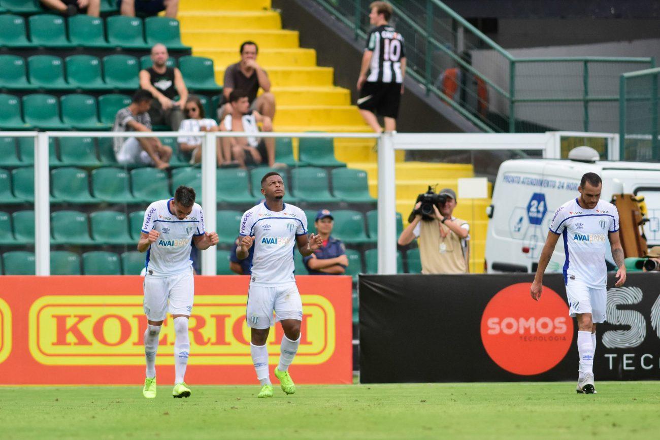 Jovem Jonathan (ao centro) fez o segundo gol da vitória por 2 a 0 sobre o maior rival, dentro do estádio Orlando Scarpelli. - ESTADÃO CONTEÚDO/ND