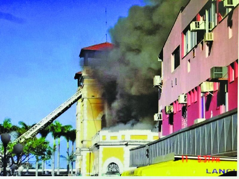 Incêndio no Mercado: em 19 de agosto de 2005 um incêndio atingiu a Ala Norte do Mercado Público. As chamas começaram em uma fritadeira elétrica de uma lanchonete e rapidamente destruíram parte do edifício centenário. – Foto: Banco de Imagem/Casa da Memória/ND