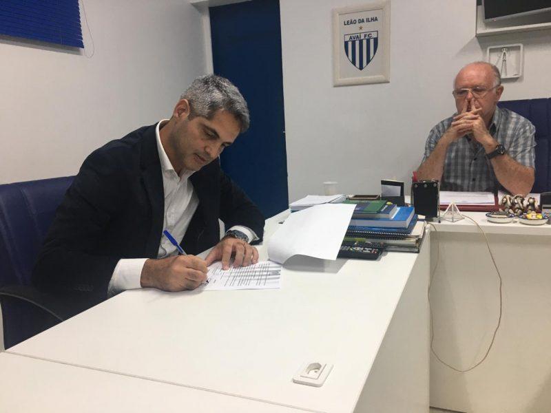 Tal qual saiu Augusto Inácio, chegou Rodrigo Santana; o novo comandante rapidamente assinou contrato, engatou uma invencibilidade e teve tempo de terminar como líder da primeira fase do estadual. - Avaí FC/divulgação