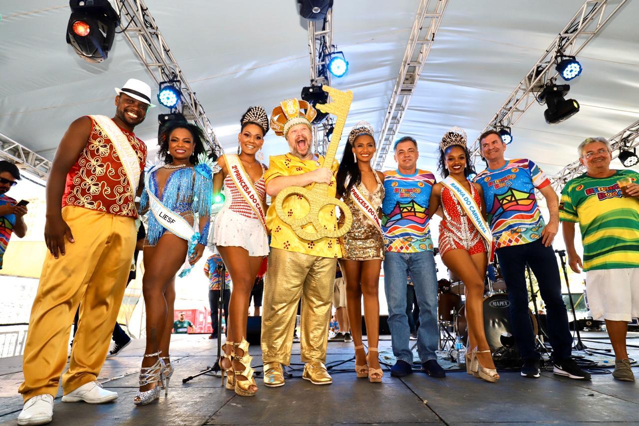 PPrefeito de Florianópolis, Gean Loureiro entrega a chave da cidade para o Rei MomoMarcos Willerding. Na foto com a corte do Carnaval - Alan Carvalho/Divulgação/ND
