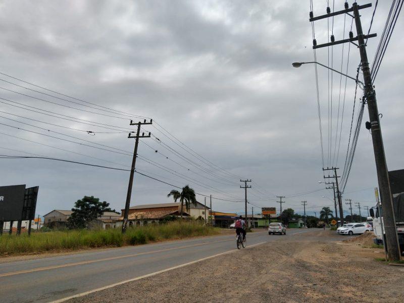 Imagem mostra o bairro Vila Lourdes, local em que suposto companheiro de Gugu morou durante infância e adolescência. Poucos carros e bicicletas passam pela via. - Caroline Borges/ND