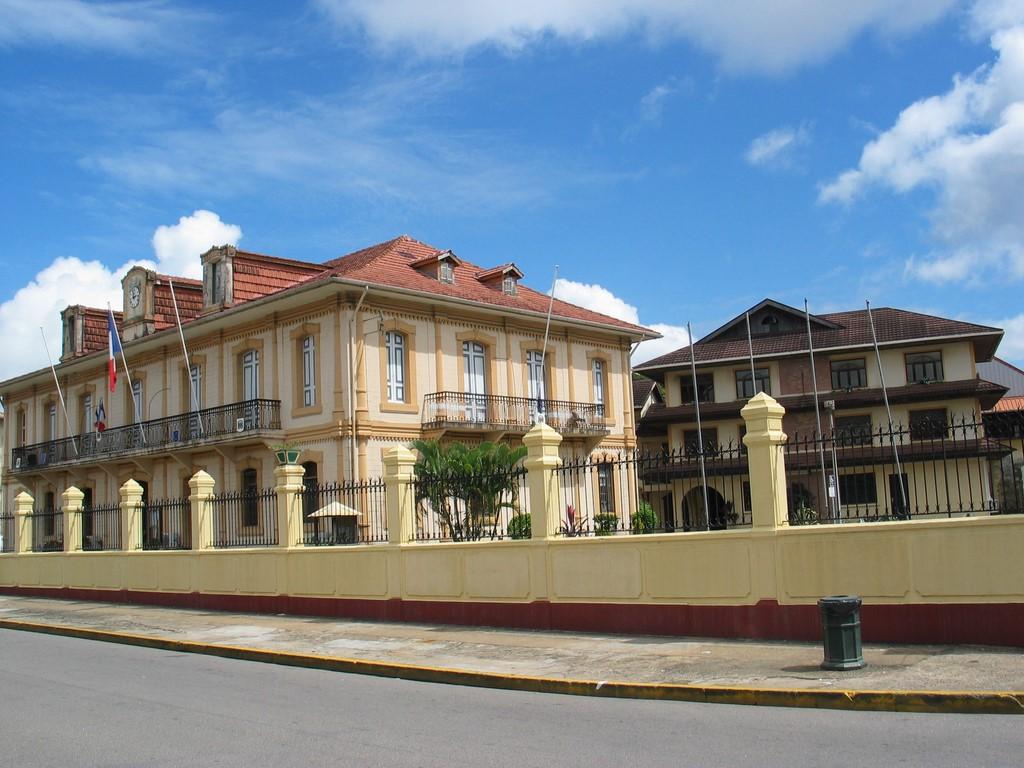 Caiena (Guiana Francesa): embora seja um território ultramarino da França, a Guiana Francesa entrou no álbum por estar localizada na América do Sul - Domínio Público, Link - Domínio Público, Link/Rota de Férias/ND