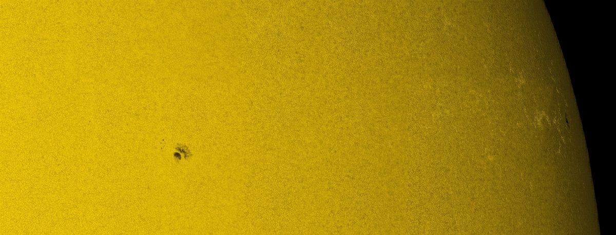 A fotosfera solar, ou superfície, com células de granulação espalhadas pelo disco solar. A cromosfera solar, fotografada aqui, enfatiza o implacável comportamento dinâmico do nosso Sol. Esta imagem é destacada por grandes filamentos escuros que varrem o sol. Esta imagem é um mosaico de imagens menores tiradas no Dunn Solar Telescope, da NSF, em Sunspot New Mexico - NSF/NSO/33Giga/ND