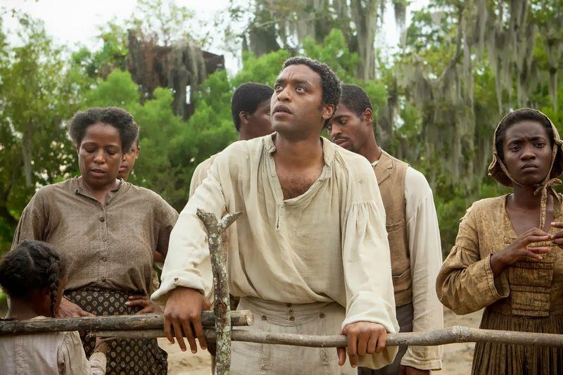 12 Anos de Escravidão (2013) – Baseado na autobiografia de Solomon Northup, este drama histórico conta a trajetória de um negro nascido livre que é levado de Nova York e vendido como escravo. - Crédito: Divulgação/33Giga/ND