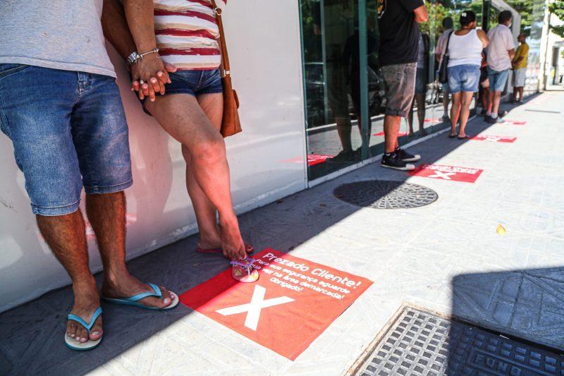 Os bancos também se adaptaram à portaria que prevê organização de filas com distância mínima de 1,5 metros entre cada pessoa. - Anderson Coelho/ND