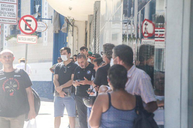 """A reabertura das agências ampliou o público no Centro em relação a última semana. Os bancos Caixa Econômica e Bradesco tinham o maior fluxo de pessoas no período. """"Pelo menos 90% ainda está em casa, e quem saí vai para fazer esportes individuais, raramente em multidões. Mas o nosso receio é que estimulem outras pessoas a saírem nas ruas"""", completou Pastrana. - Anderson Coelho/ND"""