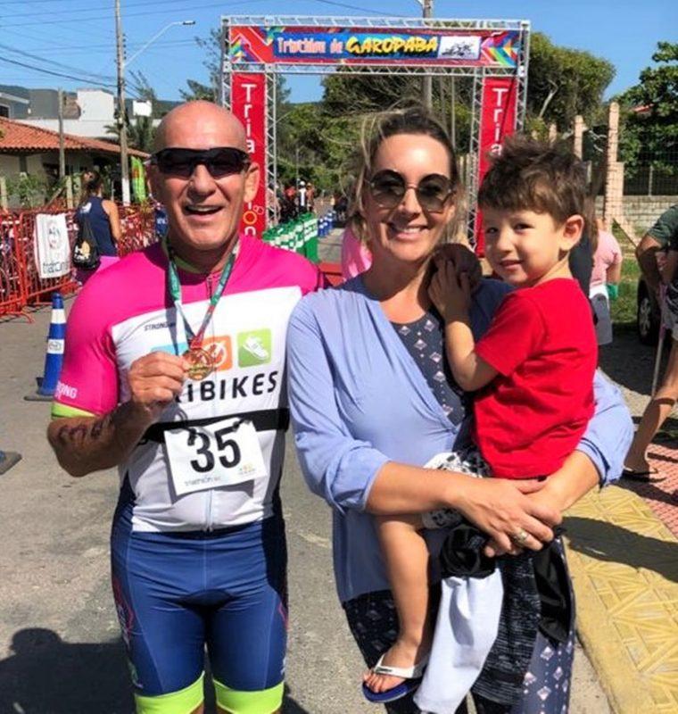 Alexandre Kale com a mulher, Mariana Polidoro Kale, e o filho, Benjamin, em Garopaba, onde ele participou de seu primeiro triatlo. O novo desafio é ser triatleta – Foto: Divulgação/ND