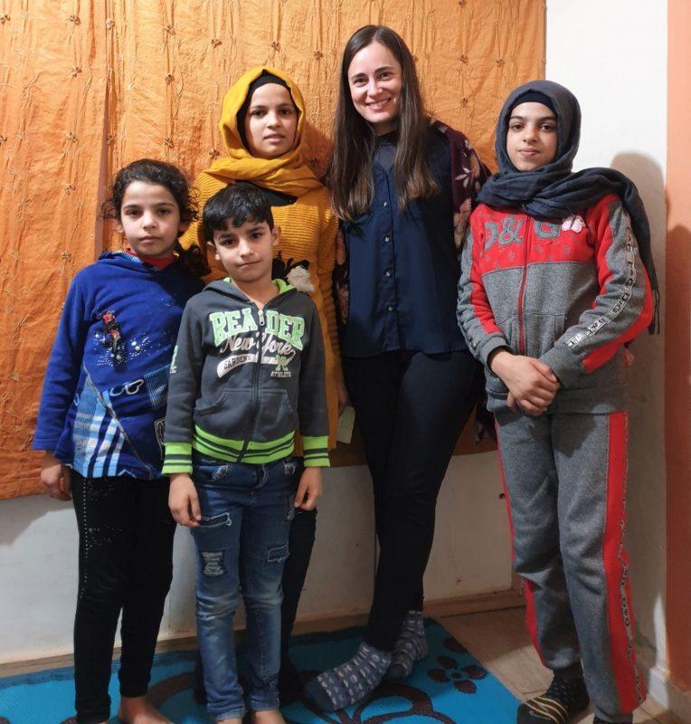 Bruna Kadletz entre crianças refugiadas no Líbano – Foto: Divulgação/ND