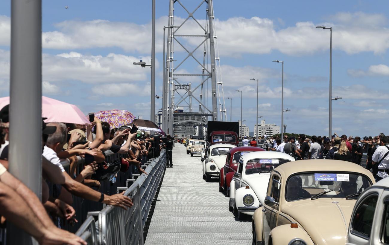 Por quase 56 anos, a Ponte Hercílio Luz foi um importante instrumento da mobilidade urbana em Florianópolis, mas recebeu poucos serviços de manutenção. Devido às condições precárias e à deterioração das barras de olhal, a Ponte Hercílio Luz foi interditada no dia 22 de janeiro de 1982, quando absorvia 43,8% do tráfego de Florianópolis. Eram mais de 27 mil veículos por dia. A Ponte Colombo Salles, aberta cerca de sete anos antes, passou a ser a única ligação entre ilha e continente. - Anderson Coelho / ND