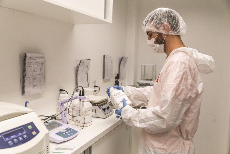 Laboratório onde também se desenvolvem pesquisas de máscara para uso após procedimentos dermatológicos – Foto: Anderson Coelho/ND