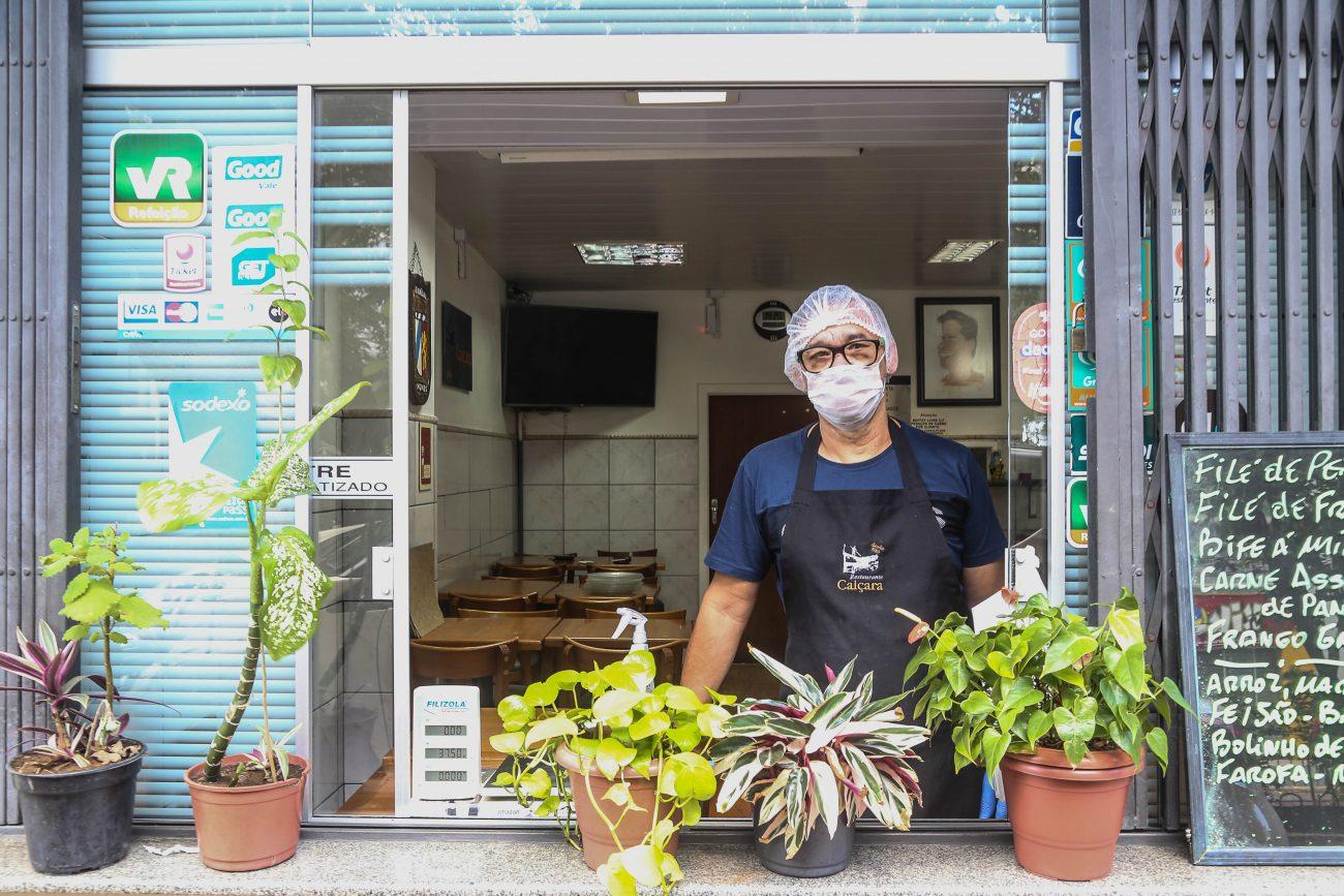 Munir Nunes, do restaurante Içara, na avenida Hercílio Luz, reabriu para delivery, mas movimento é baixo - Anderson Coelho/ND