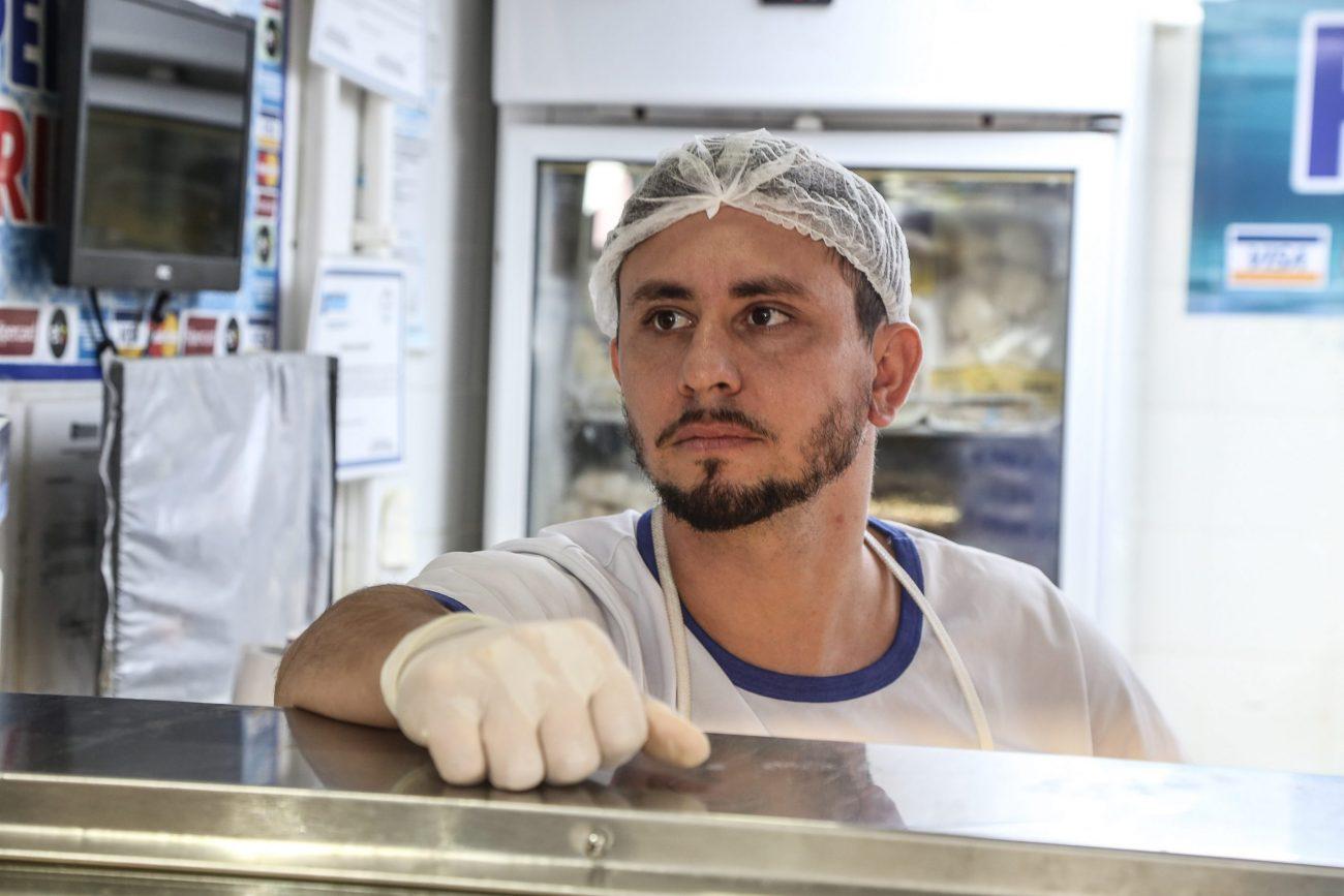 O atendente da Peixaria Trindade, Murilo Hornung, avalia a situação da pandemia como preocupante - Anderson Coelho/ND