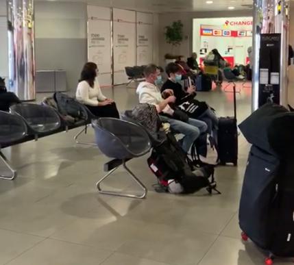 Pessoas usam máscara como medida de proteção contra o contágio por coronavírus no aeroporto de Florença, na Itália – Foto: Reprodução/Whatsapp/ND
