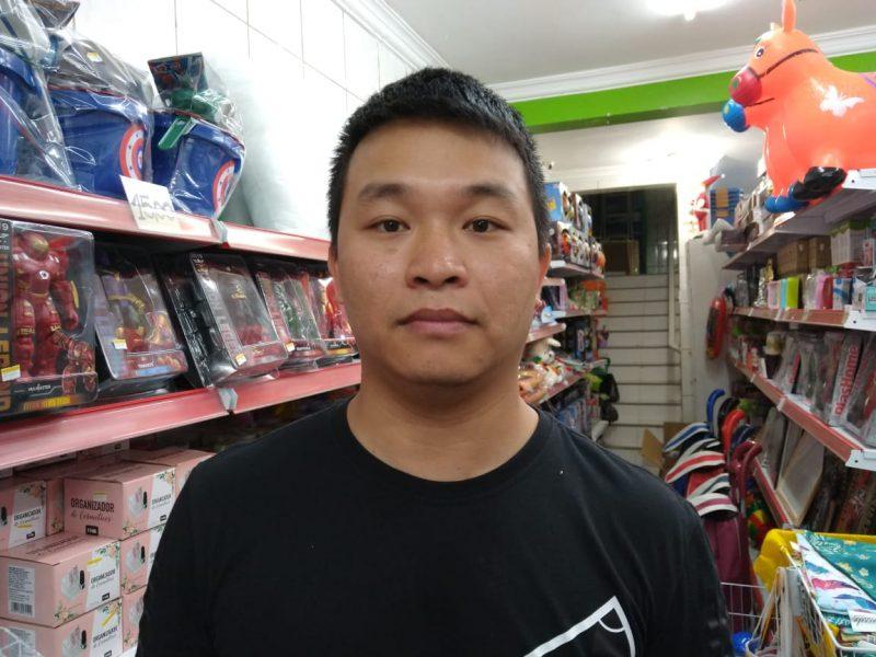 Yiheng Rong, de 28 anos, rebate comentários preconceituosos sobre sua origem – Foto: Bruna Stroisch/ND