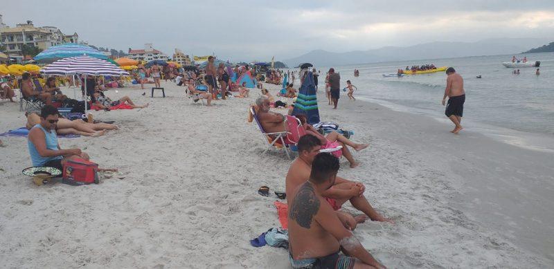 Turistas seguem aproveitando a nova faixa de areia de Canasvieiras. Foto: Cristiano Rigo Dalcin/ND