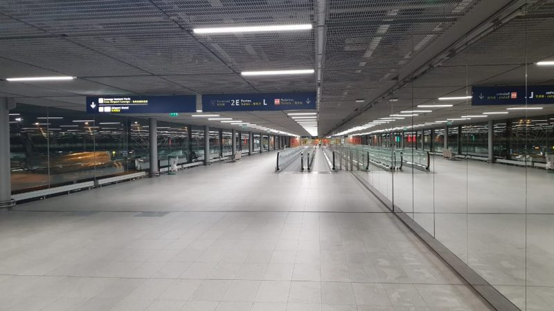 Área de conexão no aeroporto Charles de Gaule, em Paris, completamente vazio na quinta-feira (19) – Foto: Diogo Maçaneiro