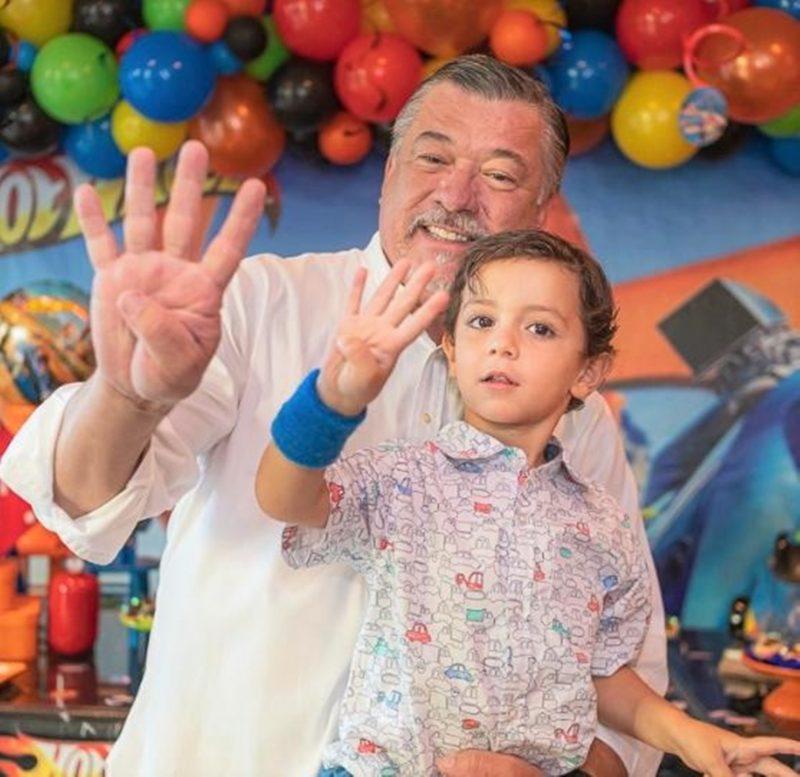 Wilfredo Gomes e Wilfredo Gomes Filho no maior alto astral, comemorando os quatro anos do garoto em festa com amigos e familiares – Foto: Divulgação/ND