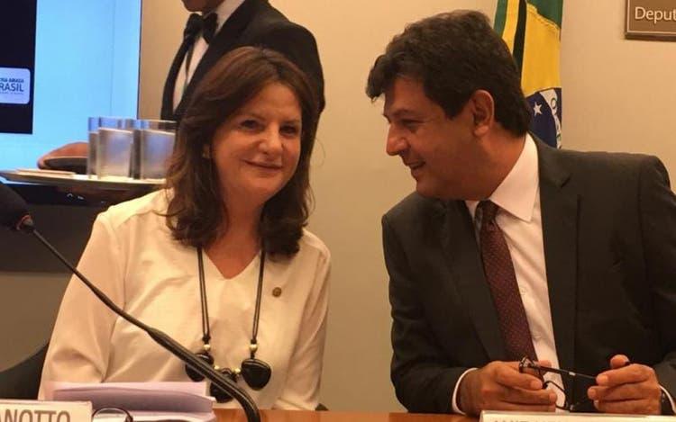 Deputada Carmen Zanotto e o ministro da saúde, Luiz Henrique Mandetta; deputada sempre foi vista com uma importante liderança nacional junto as políticas de enfrentamento a Covid-19 – Foto: Denise Lacerda/Divulgação/ND