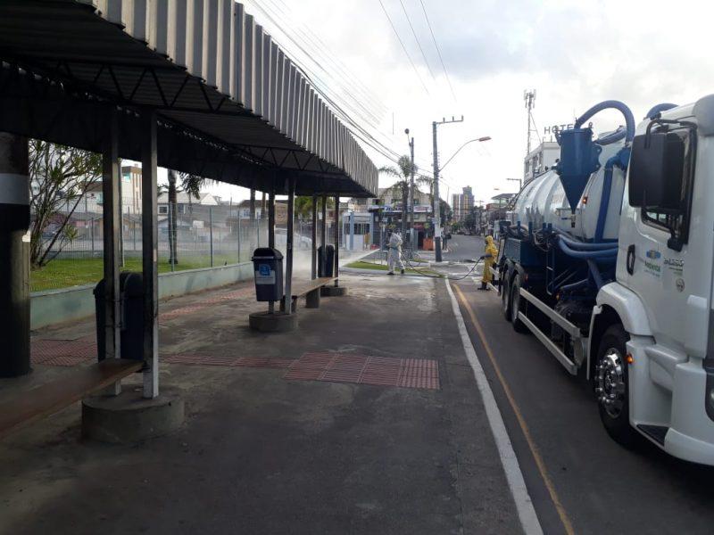 Caminhão de hidrojato é usado na aplicação de produto desinfetante – Foto: PMBC/Divulgação/ND